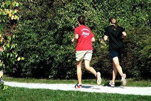 Two people are jogging in a park. (picture: Hartmut910/pixelio.de)