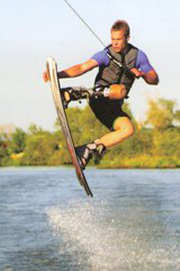 A man wearing leg prosthetics is practising wakeboarding. (Photo: Markus Rehm)
